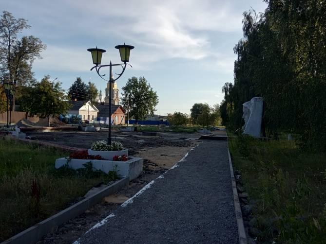 В Новозыбкове подрядчика заставили переложить плитку в сквере на Набережной
