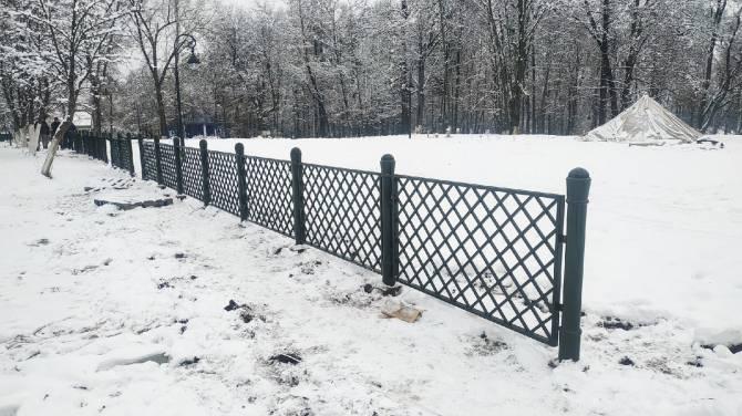 В Локте начали монтаж забора вокруг парка