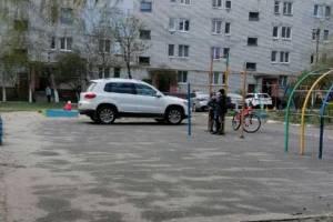 В Брянске автохама оштрафуют за стоянку на детской площадке