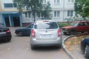 В Брянске автохам перегородил въезд во двор многоэтажки