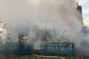 В Сельцо около часа тушили горящий дом: два человека пострадали