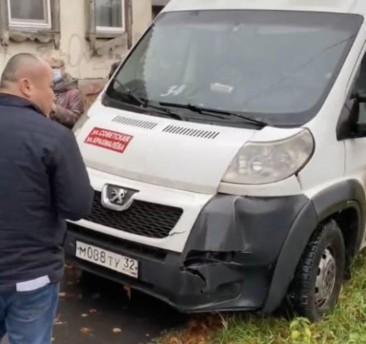 В Брянске легковушка столкнула маршрутку на тротуар