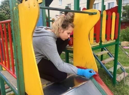 Юные трубчевские волонтёры облагородили детскую площадку