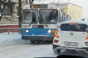 В центре Брянска на скользкой дороге застрял троллейбус
