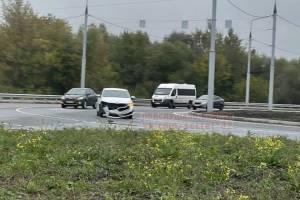 В Брянске на кольце новой дороги у Metro столкнулись две легковушки