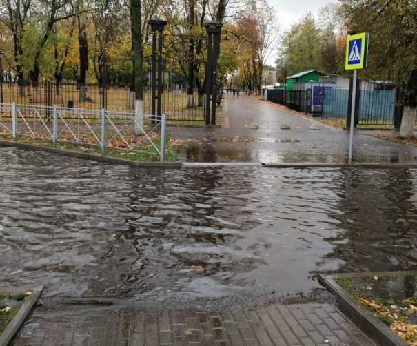 В Брянске дороги вокруг парка железнодорожников превратились в венецианские каналы