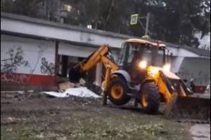 В Брянске снесли торговые павильоны на улице Бурова