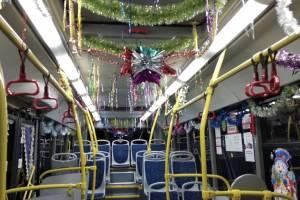 В Брянске автобус №27 украсили мишурой и новогодними открытками