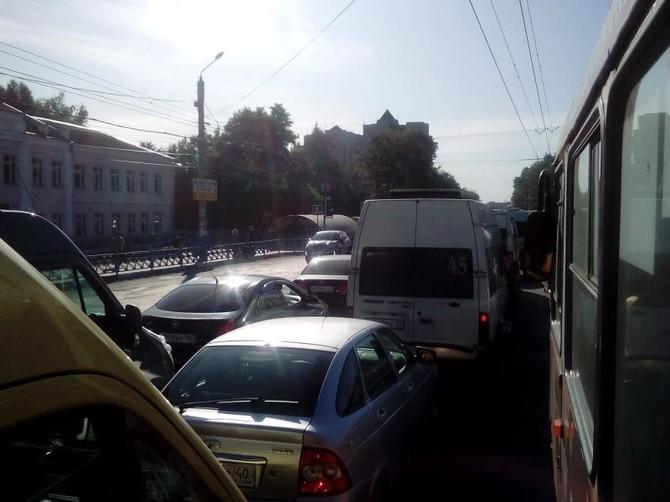 Центр Брянска встал в огромной пробке на Красноармейской