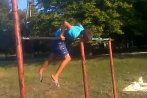 В брянском селе 10-летний мальчик сорвался с турника и сломал руку