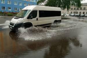 В Брянске затопило двор городской больницы №1