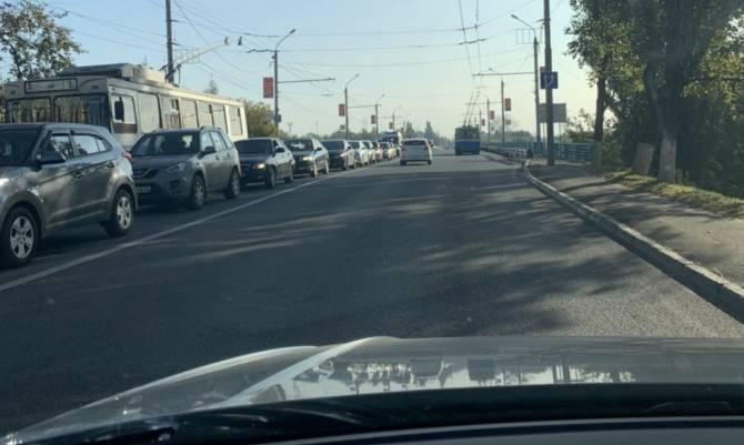 В Брянске на выезде из Володарки образовалась огромная пробка