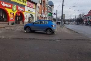 В Брянске автомобиль заехал на тротуар возле ТЦ «Тимошковых»