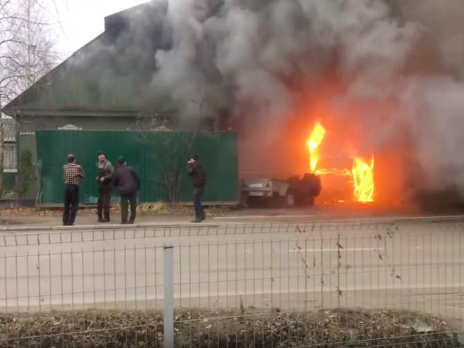 В Брянске на улице 2-я Мичурина загорелся частный дом