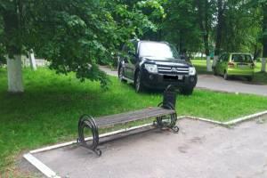 В Локте чиновница припарковалась на газоне у памятника чернобыльцам