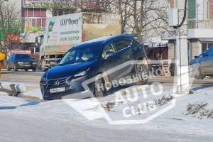 В Новозыбкове «Lexus» застрял в желобе ливневки