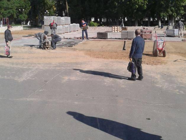 В Клинцах фанатов Собянина упрекнули в укладке плитки прямо на асфальт