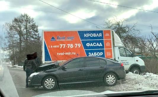 В Брянске на Делегатской столкнулись легковушка и грузовая Газель