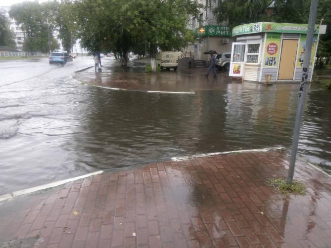В Брянске улицы Бежицкого района скрылись под водой