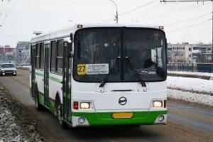 В брянском автобусе №27 заметили кондуктора-борца со снегом