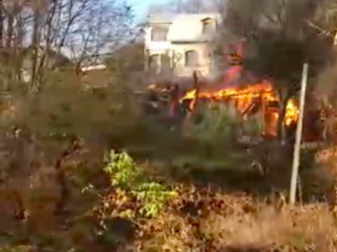 В Брянске сняли на видео горящий дом на «Пушке»