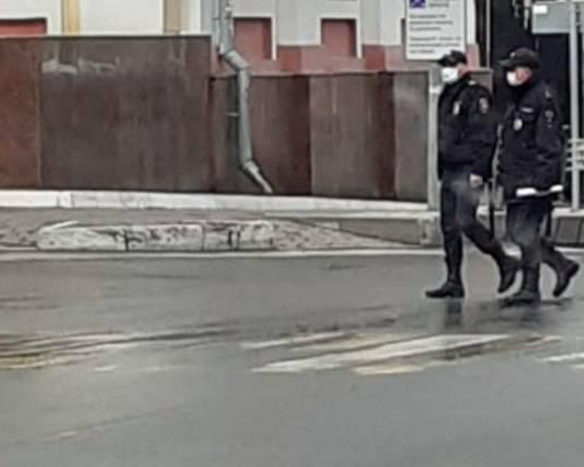 В Брянске улицы патрулируют полицейские в защитных масках