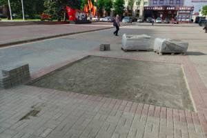 В Брянске на площади Ленина перекладывают тротуарную плитку