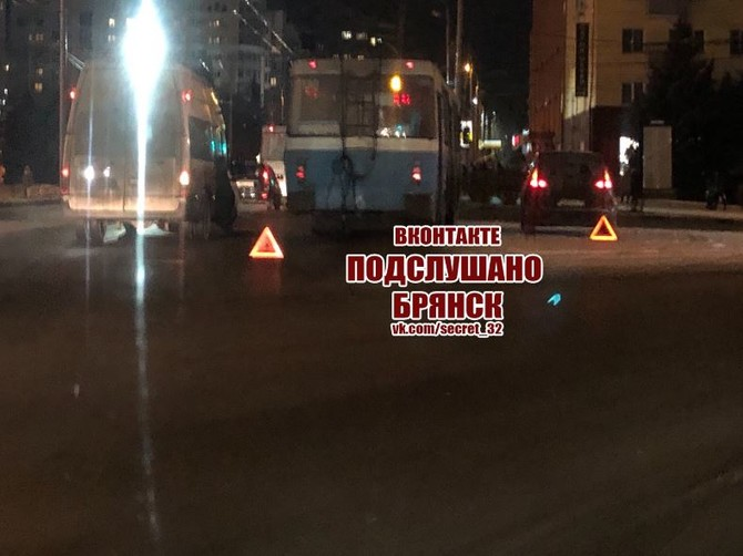 В Брянске на площади Партизан произошло ДТП с участием троллейбуса