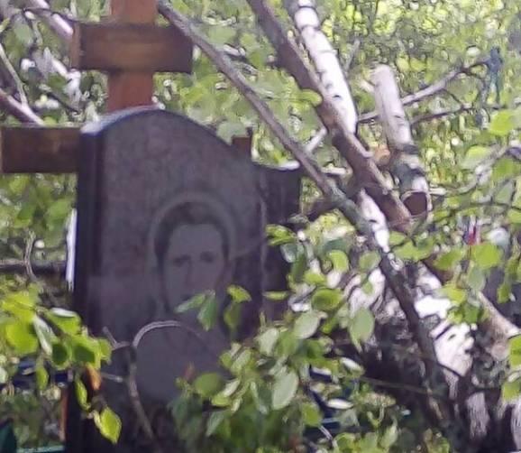 На унечском кладбище упавшие деревья завалили могилы