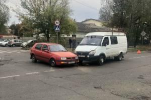 В Брянске на перекрестке возле БГТУ не разъехались легковушка и микроавтобус