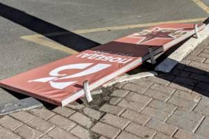 В Брянске у ТЦ «Родина» со столба рухнуло «победное» украшение