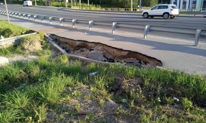 Провал на выезде из Брянска опасно подобрался к дороге