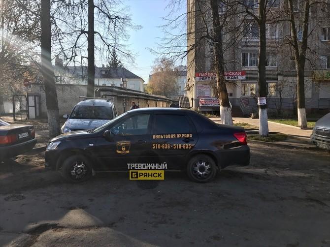 В Брянске машина охранников перегородила проезд во дворе многоэтажки