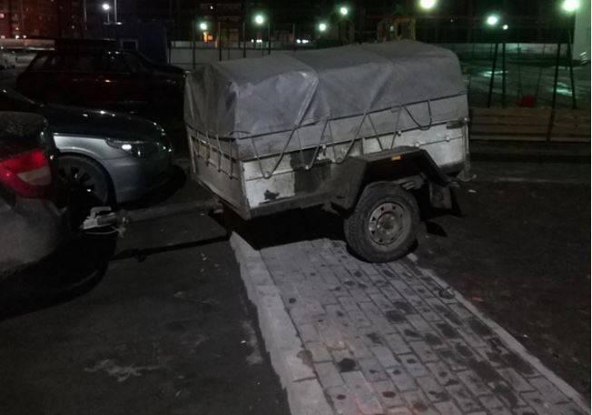 В Брянске автохам перекрыл прицепом тротуар