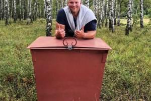 Брянец установил мусорный контейнер в березовой роще