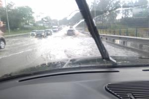 В Брянске из-за затопления дороги возникла пробка на смоленской трассе