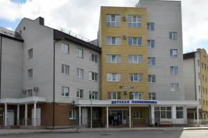В брянской поликлинике мать с двумя детьми застряли в лифте
