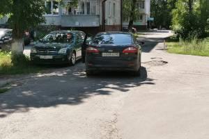 В Брянске на улице Камозина сняли на фото «мастера» парковки