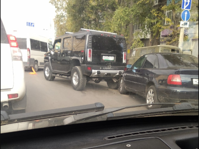 В Брянске на Литейной легковушка протаранила Hummer