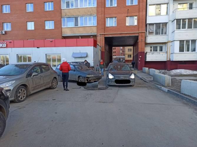 Во дворе многоэтажки по улице Романа Брянского столкнулись легковушки