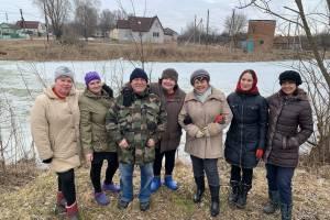Жители брянского села Замишево очистили озеро от зарослей