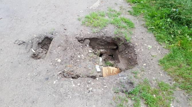 В Бежицком районе Брянска заметили опасный провал возле детсада