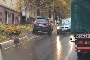 В Брянске водителю от столкновения со встречным потоком пришлось уйти на обочину