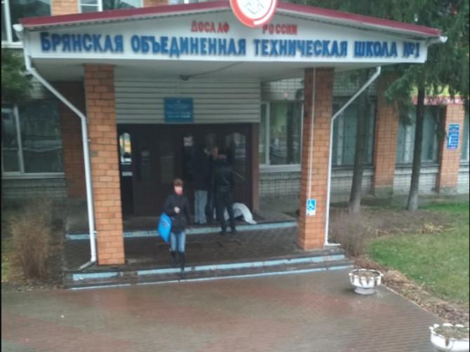 В Брянске возле автошколы ДОСААФ умер мужчина