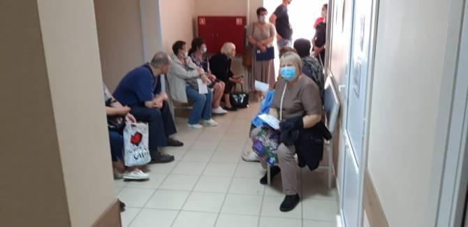 В Брянске сняли на фото антисанитарную очередь в поликлинике №4