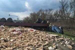 На автотрассе Брянск-Орел перевернулся грузовик с кирпичами