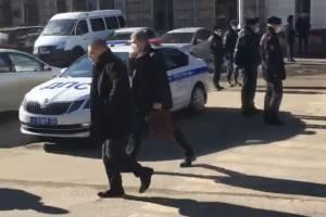 В Брянске полицейские отделили депутатов облдумы от народа