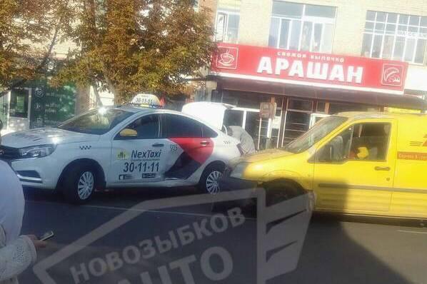 В Новозыбкове таксист протаранил автомобиль курьерской службы