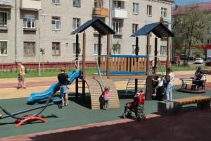 В брянском сквере Володарского появился гимнастический комплекс