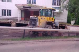 Стирают с лица земли: В Новозыбкове демонтировали ступеньки станкостроительного завода
